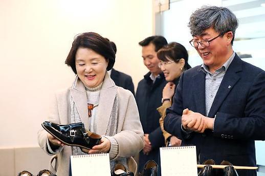 김정숙 여사, 청각 장애인들이 만든 아지오 수제화 구입