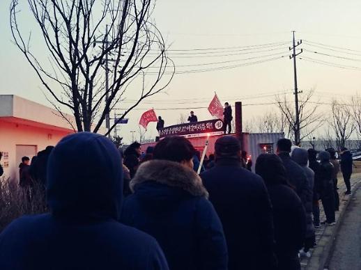 인천 청라국제도시 주민들, 청라소각장 앞 기습 집회… 횃불 들었다