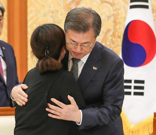 생명과 안전, 이익보다 중시해야…故 김용균 유가족 만난 문 대통령