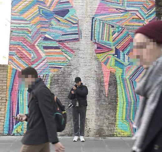 트래블러 류준열, 영국 런던의 일상컷 공개…힙스터 매력 뿜뿜