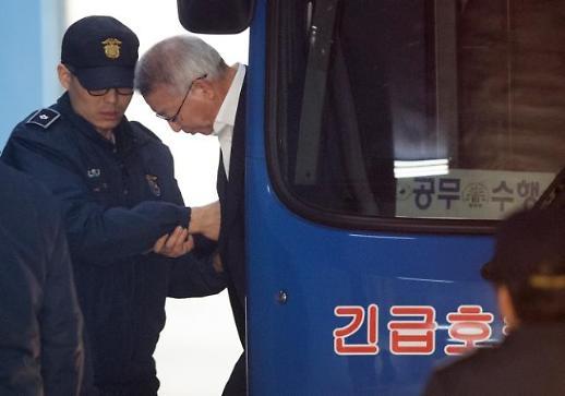 [포토] 호송차에서 내리는 양승태 전 대법워장