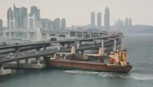 속보-[아주-동영상] 대형 화물선 광안대교 충돌 아찔한 순간 포착
