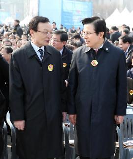 [포토] 삼일절 행사장에서 만난 이해찬-황교안 대표