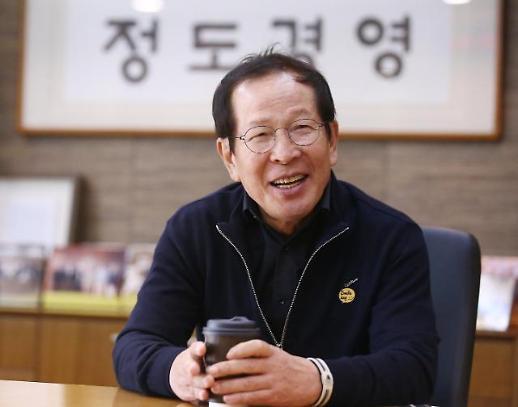 교촌치킨, 창립 28년만에 전문 경영인 체제로…권원강 회장 전격 퇴임
