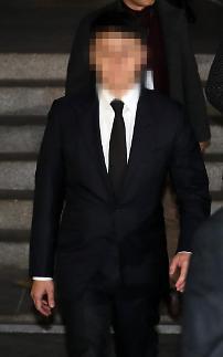 [포토] 조사마치고 청사 빠져나오는 유인석 유리홀딩스 대표