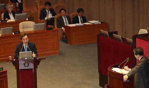 """[국회 대정부질문]이 총리 """"북한, 비핵화 의지 입증 필요…남북경협은 제제 하에"""""""