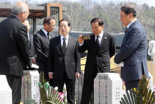 [포토] 천안함 묘역 촬영하는 이재오