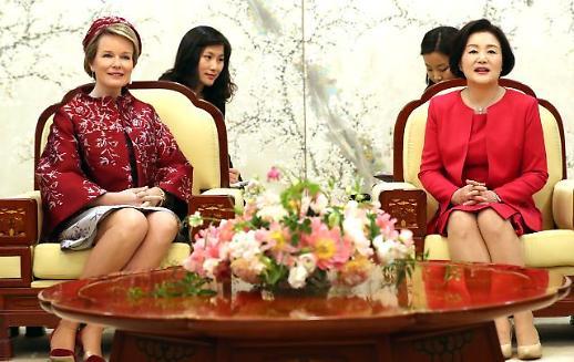 김정숙 여사, 벨기에 왕비 환담...환영하는 마음 담아 매화병풍 마련