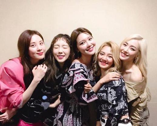 유리, 소녀시대 단체 사진에서 빠졌다…혹시 친오빠 권혁준 논란 때문?