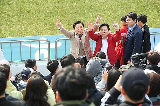 황교안, 축구협회 지침 어기고 경기장 안에서 선거유세