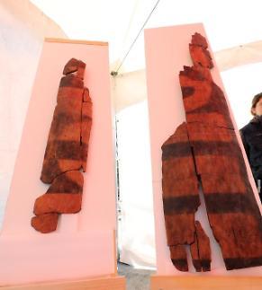 경주 월성서 국내 가장 오래된 신라 방패·배 모양 목제품 출토