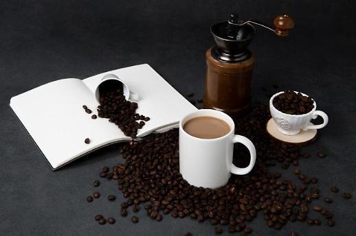 평소 술 많이 먹는 남성, 커피 줄여야…염증 유발