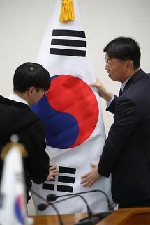 외교부 구겨진 태극기 등 최근 실수 조사중