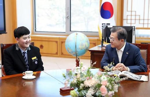 文대통령, 안중근 판결 속기록 기증한 중학생 가족 靑서 환담