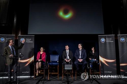 [글로벌포토] 블랙홀 첫 사진 공개 현장