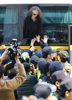 나경원 국회 의원실 한때 점거…대학생 시민단체, 경찰에 연행