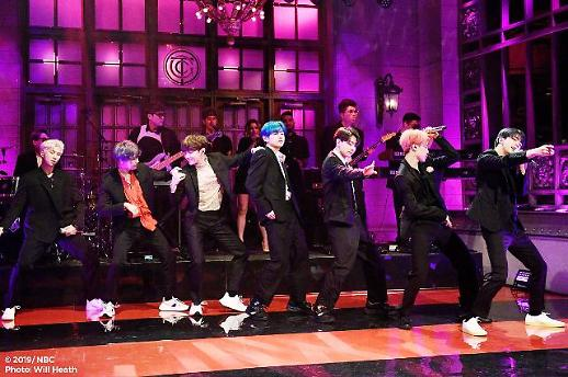 BTS, 美 SNL로 컴백…라라랜드 엠마스톤과 특별 소개에 객석도 들썩
