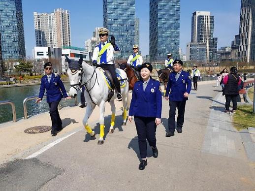 [포토뉴스] 인천기마경찰대&관광경찰대, 새봄맞이 범죄예방 활동