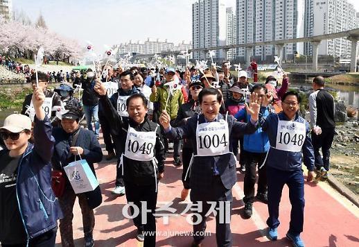 [포토] 걷기대회 출발하는 안병용 의정부시장
