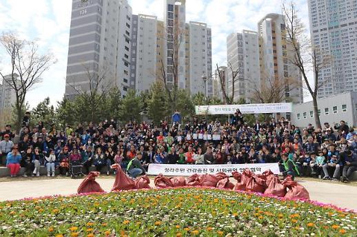 청라총연, 한국건강관리협회와 협약 맺고 주민 6백여 명 함께 수변공원 초화 식재