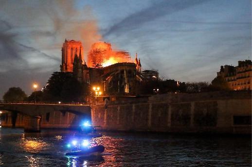 파리 노트르담 대성당에 대형화재…프랑스 시민들 슬픔에 잠겨
