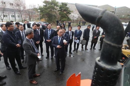 홍남기 미세먼지 저감위해 건설기계 엔진교체 확대…추경 반영