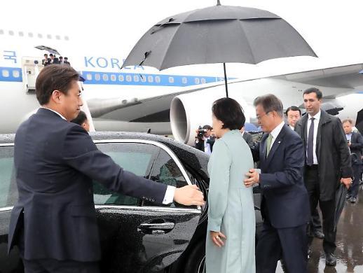 [포토] 김정숙 여사 에스코트 하는 문 대통령