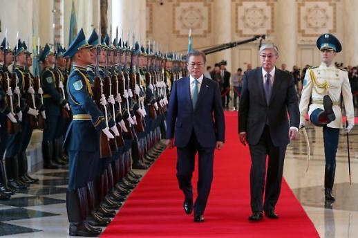 [포토] 카자흐스탄 의장대 사열하는 문 대통령