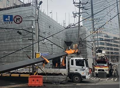 [포토뉴스]부천 신축현장서 크레인 전복되며 고압선 덮쳐…소규모 공장 134곳 정전