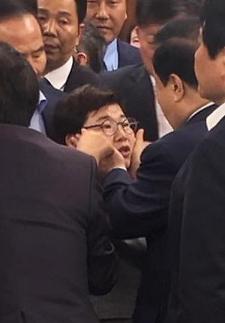 한국당, 이틀째 '철야 농성'…행안위 회의장 점거 '배수진'(종합)