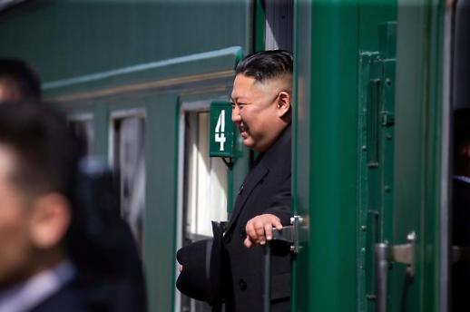 北 김정은, 러시아서 오늘 새벽 귀환…방러 만족한 듯 활짝