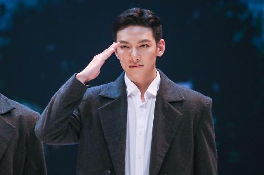 전역 신고합니다 배우 지창욱, 육군 만기제대…러브콜 봇물