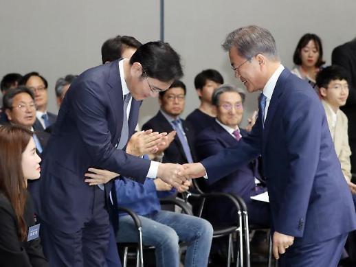 [포토] 문 대통령과 악수하는 이재용