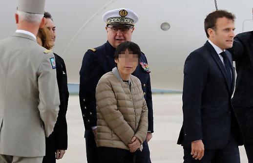 구출 韓여성, 프랑스 무사 도착…외교부 건강이상 없으면 귀국조치