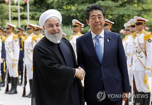 """이란 찾은 아베, """"중동 긴장완화 조력자 역할하겠다""""…이란은 美비판"""