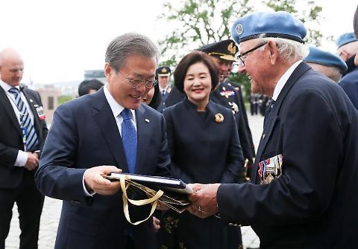 [포토] 노르웨이 한국전 참전용사 인사 나누는 문 대통령