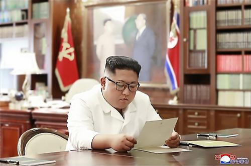 트럼프, 김정은과 매우 잘 지낸다..연일 친서 띄우기