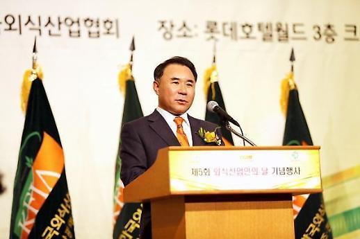 윤홍근 BBQ 회장 검찰 송치···회삿돈으로 자식 유학 혐의