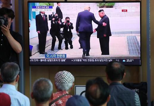 트럼프-김정은, 판문점서 만나 환담…文대통령도 합류