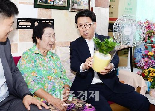 최종환 파주시장, 독거노인에게 반려식물 전달