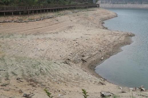 [포토] 마른 장마, 물 빠진 호수