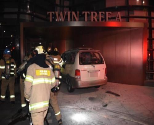 일본대사관 건물서 새벽에 차량화재…70대 남성 중태