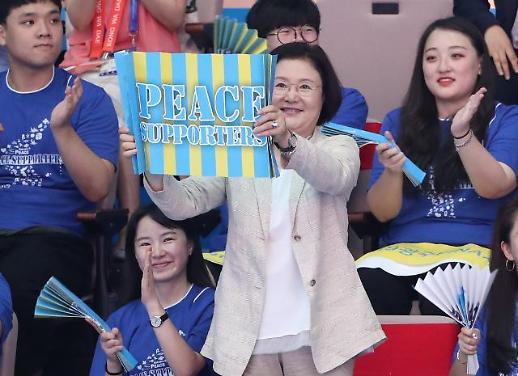 김정숙 여사, 광주수영대회서 男수구경기 관람