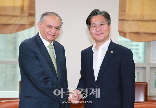 [포토] 성윤모 산업부 장관, 파키스탄 상무장관과 경제협력 논의