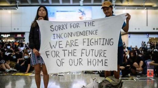 [포토] 홍콩 공항, 반송환법 시위로 셧다운...물러서지 않는 양측