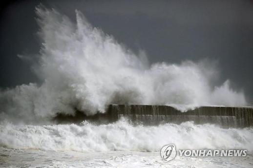 태풍 크로사, 일본 상륙…강원도 지역에 비 몰고와