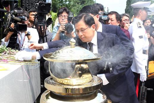 [포토] 김대중 대통령 묘소 찾은 황교안 대표