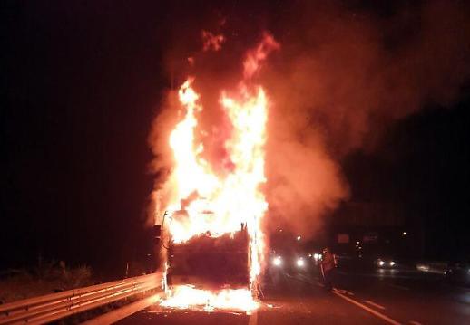 [포토] 고속도로 주행 중 불타는 트럭