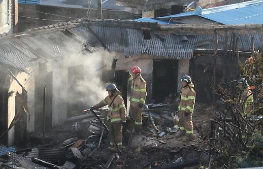 [포토] 전주 여인숙 화재 진압하는 소방대원