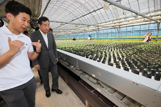 이 총리, 충북 스마트팜 찾아 격려...카이스트 출신 30대 청년 2명 농사